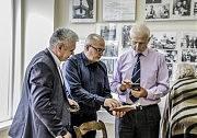 В редакционном музее: (слева направо) Александр Деревянко, Олег Суслов и Алексей Мазур