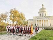 Ансамбль народного танца готовится к выступлению. На заднем плане — Спасо-Преображенский собор